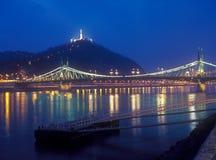 Citadella och Liberty Bridge i Budapest på natten. Arkivfoto