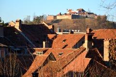 Citadelle au centre de la ville Brasov, près du bâti Tampa Images libres de droits