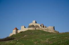 Citadelle de Rupea comme vu de bas en haut Photographie stock libre de droits