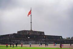 Citadelle de ville impériale avec le drapeau en Hue Vietnam image libre de droits