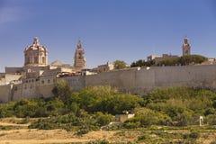 Citadellen av Mdina med kyrka- och klockatornet Royaltyfria Bilder
