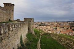 Citadellvall och byn Carcassonne france Royaltyfria Foton
