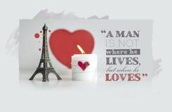 Citações do dia de Valentim com vela, lareira e torre Eiffel Souv Fotos de Stock Royalty Free