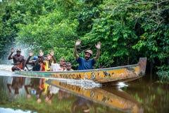 从citak-mitak部落的本机papuan在从树干的传统papuan独木舟 免版税库存图片