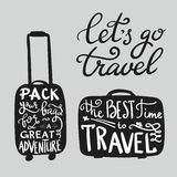Citas de la inspiración del viaje en silueta de la maleta Foto de archivo libre de regalías