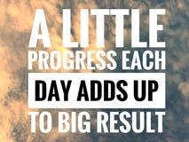 Citas de motivación en fondo de la naturaleza un poco progreso que cada día añade para arriba al resultado grande foto de archivo