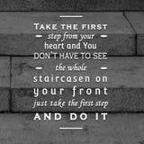 Citas de motivación y escalera inspiradora del cartel fotografía de archivo libre de regalías