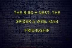 Citation de inspiration positive sur l'enseigne au néon contre le mur de briques l'oiseau un nid l'araignée une amitié d'homme de illustration de vecteur