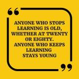 Citation de motivation N'importe qui qui cesse d'apprendre est vieux Photos stock