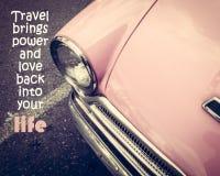 Citation inspirée sur le fond rose de voiture de vintage Photo stock