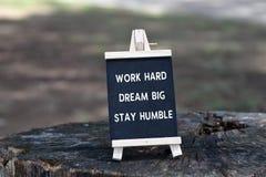 Citation inspirée - travaillez dur, rêvent grand, séjour humble photos stock