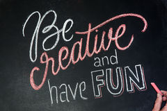 Citation - soyez créatif et ayez l'amusement sur le tableau noir manuscrit par des craies de couleur avec la main Image libre de droits