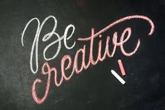Citation - soyez créatif sur le tableau noir manuscrit par des craies de couleur Photos libres de droits