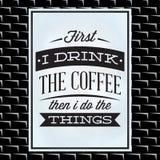 Citation sur un thème de café sur le conseil blanc et le mur de briques noir illustration stock