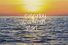 Citations inspirées de la vie - quotidiennes est un nouveau début sur le coucher du soleil image libre de droits
