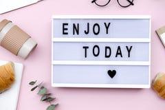 Citazione del bordo della lettera con caffè ed il croissant su fondo rosa fotografia stock