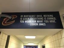 Citazione di LeBron James nell'arena di Cleveland immagini stock