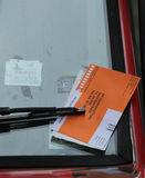 Citazione illegale di violazione di parcheggio sul parabrezza dell'automobile a New York Immagine Stock Libera da Diritti