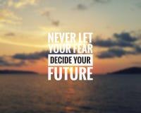 Citazione ispiratrice - non lasci mai il vostro timore decidere il vostro futuro fotografie stock