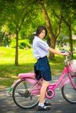 Cite al estudiante tailandés asiático de la colegiala en alto fashio del uniforme escolar Fotos de archivo