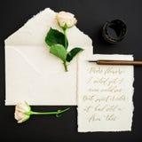 Cite escrito no estilo da caligrafia no cartão de papel com flores, tinta e pena no fundo preto Configuração lisa, vista superior Fotos de Stock