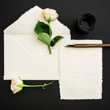 Cite escrito no estilo da caligrafia no cartão de papel com flores, tinta e pena no fundo preto Configuração lisa, vista superior Imagem de Stock