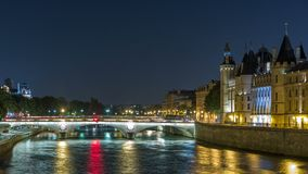 Citera ösikten med ändring för Conciergerie slott- och Pont au, över den Seine River timelapsen france paris