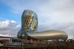 Citera du Vin huvudbyggnad under en solig eftermiddag Citera du Vin, vin somstaden är vinmuseet som är hängivet till Bordeaux Arkivbild
