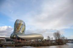 Citera du Vin huvudbyggnad under en solig eftermiddag Citera du Vin, vin somstaden är vinmuseet som är hängivet till Bordeaux Arkivbilder