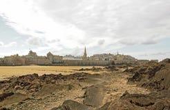 Citerat av St Malo under en molnig himmel Brittany, Frankrike Arkivbilder