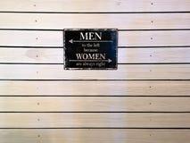 Citez le cadre sur un mur en bois - hommes vers la gauche parce que les femmes ont toujours raison images libres de droits