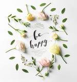 Citez le ` soit ` heureux écrit sur le papier avec des feuilles et des fleurs Photos stock