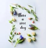 Citez le ` soit ` heureux écrit sur le papier avec des feuilles et des fleurs sur le fond blanc Image stock