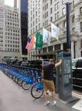 Citi分享系统,广场饭店,中间地区,曼哈顿, NYC, NY,美国的自行车自行车 免版税库存照片