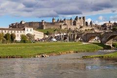 Citi il de Carcassonne dal fiume di Aude fotografia stock
