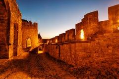 Citi il de Carcassonne, Francia, piccoli vicoli durante il tramonto fotografie stock