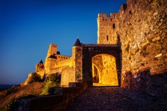 Citi il de Carcassonne, Francia, piccoli vicoli durante il tramonto fotografia stock libera da diritti