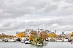 Citi l'isola ed il ponte Neuf a Parigi immagine stock