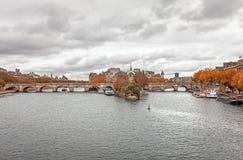 Citi l'isola ed il ponte Neuf a Parigi immagini stock