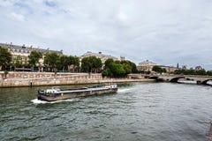 Citi la vista dell'isola dalla riva del fiume della Senna fotografie stock