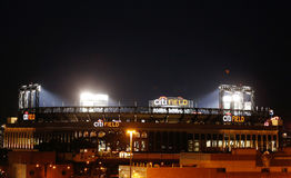 Citi Odpowiada, stwarza ognisko domowe pierwsza liga baseballa drużyna new york mets przy nocą, obraz stock