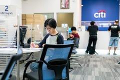 Citibank, Bangkok, Thaïlande - 5 août 2017 : Beaucoup de personnes viennent aux transactions financières Après réception du salai Photo stock