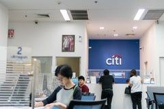 Citibank, Bangkok, Thaïlande - 5 août 2017 : Beaucoup de personnes viennent aux transactions financières Après réception du salai Image libre de droits