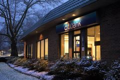 Citibank bankskyltfönster i afton arkivbilder