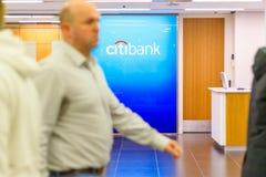 Citibank firma exhibido en una rama en Canary Wharf fotos de archivo