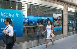 Citibank verzweigen sich und die Leute, die vorbei gehen Lizenzfreies Stockbild