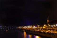 Citoyens de Riga attendant le feu d'artifice de nouvelles années photographie stock libre de droits
