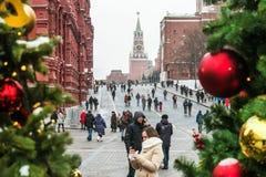 citoyens et touristes dans la place rouge décorée pour les vacances Photographie stock