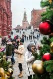 citoyens et touristes dans la place rouge décorée pour les vacances Photos libres de droits
