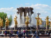 Citoyens marchant près de l'amitié de fontaine des nations sur VDNH à Moscou Photographie stock